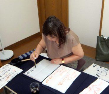 競書とお手本を照らし合せてみて/鎌倉市長谷の書道教室