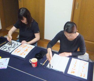 筆を一緒に持って書いて、どんな風に書くのか体感してみよう/鎌倉市長谷の書道教室