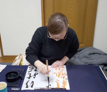 競書の漢字課題を書く生徒さんたち/鎌倉市長谷の書道教室